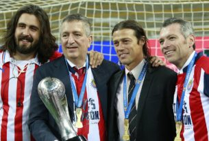 Jorge Verga con el grupo técnico con el que consiguiera el único torneo de liga