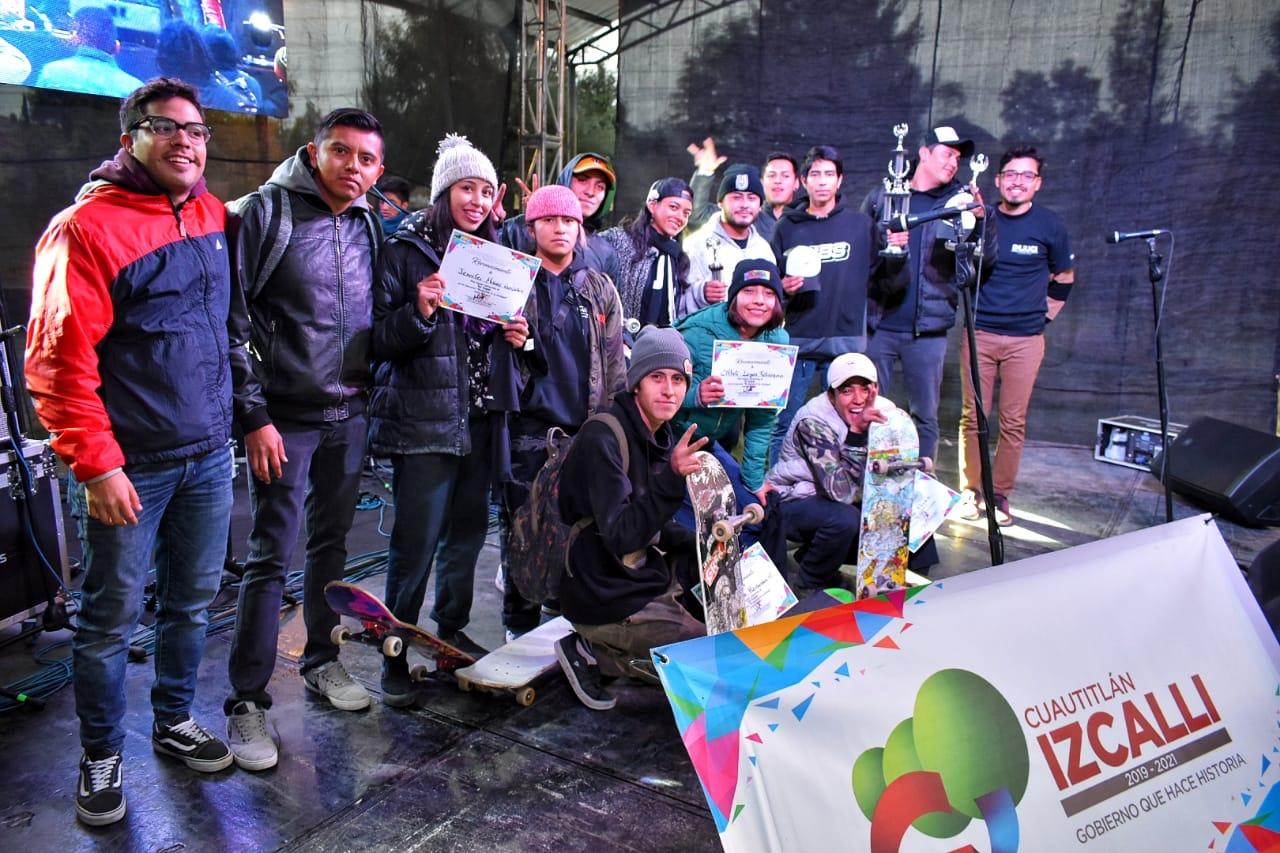 Los ganadores con la directora del Instituto del Deporte de Izcalli,María de Lourdes Félix Urbina