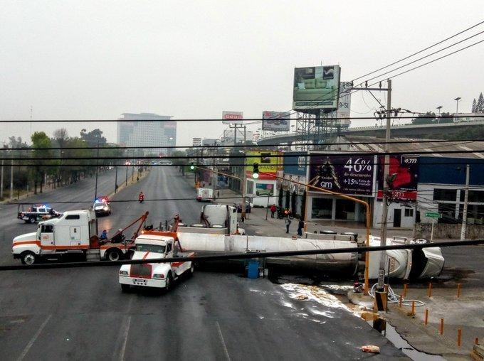 A lo ancho de la avenida Gustavo Baz la pipa volteada