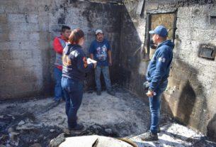 El fuego consumió tres viviendas