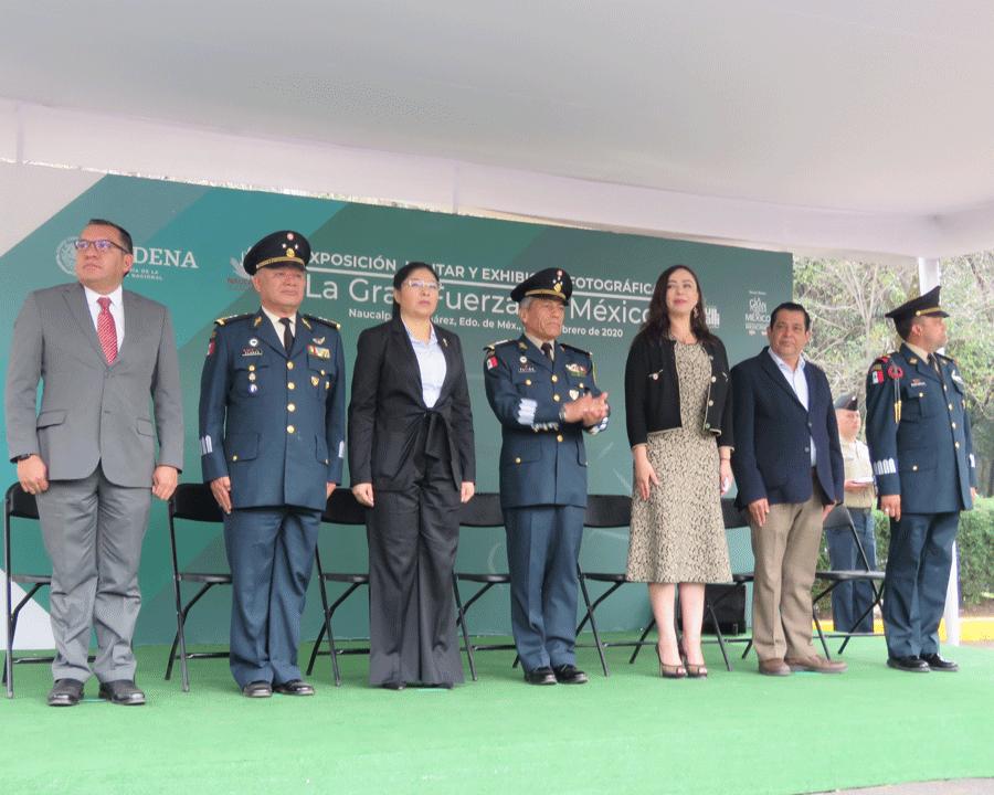 Honores a la Bandera y el himno antes de pasar a la exposición militar