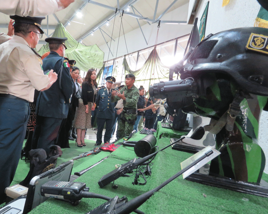 La alcaldes Patricia Durán recibe explicación de instrumentos del ejército para bucear