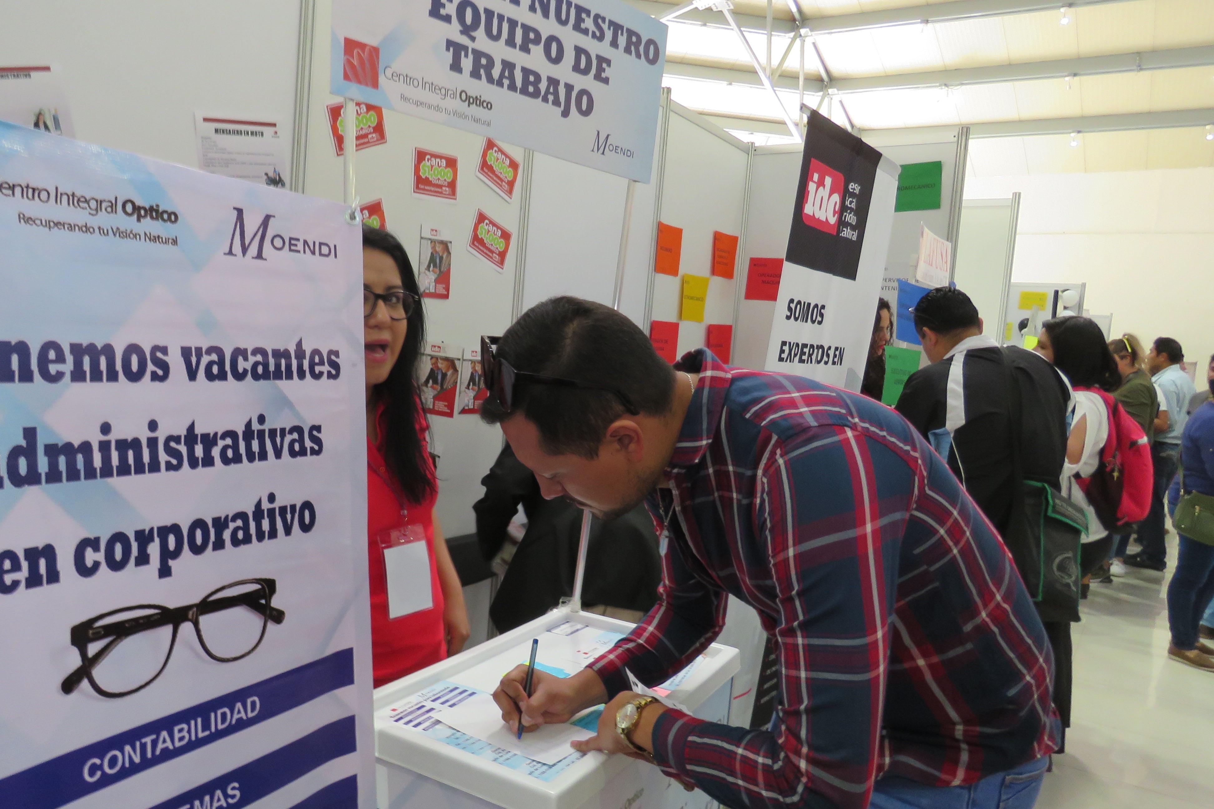 Cientos de personas en busca de un puesto laboral en la 2ª Feria del Empleo en Naucalpan