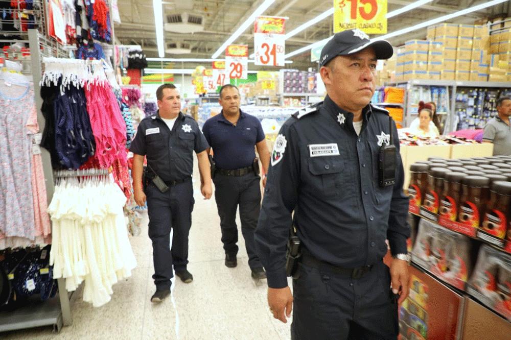 Policías resguardan comercios
