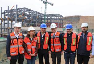 El alcalde de Huixquilucan, Enrique Vargas del Villar, recorre las obras del nuevo campus de la Universidad Panamericana, con los directivos de la institución educativa
