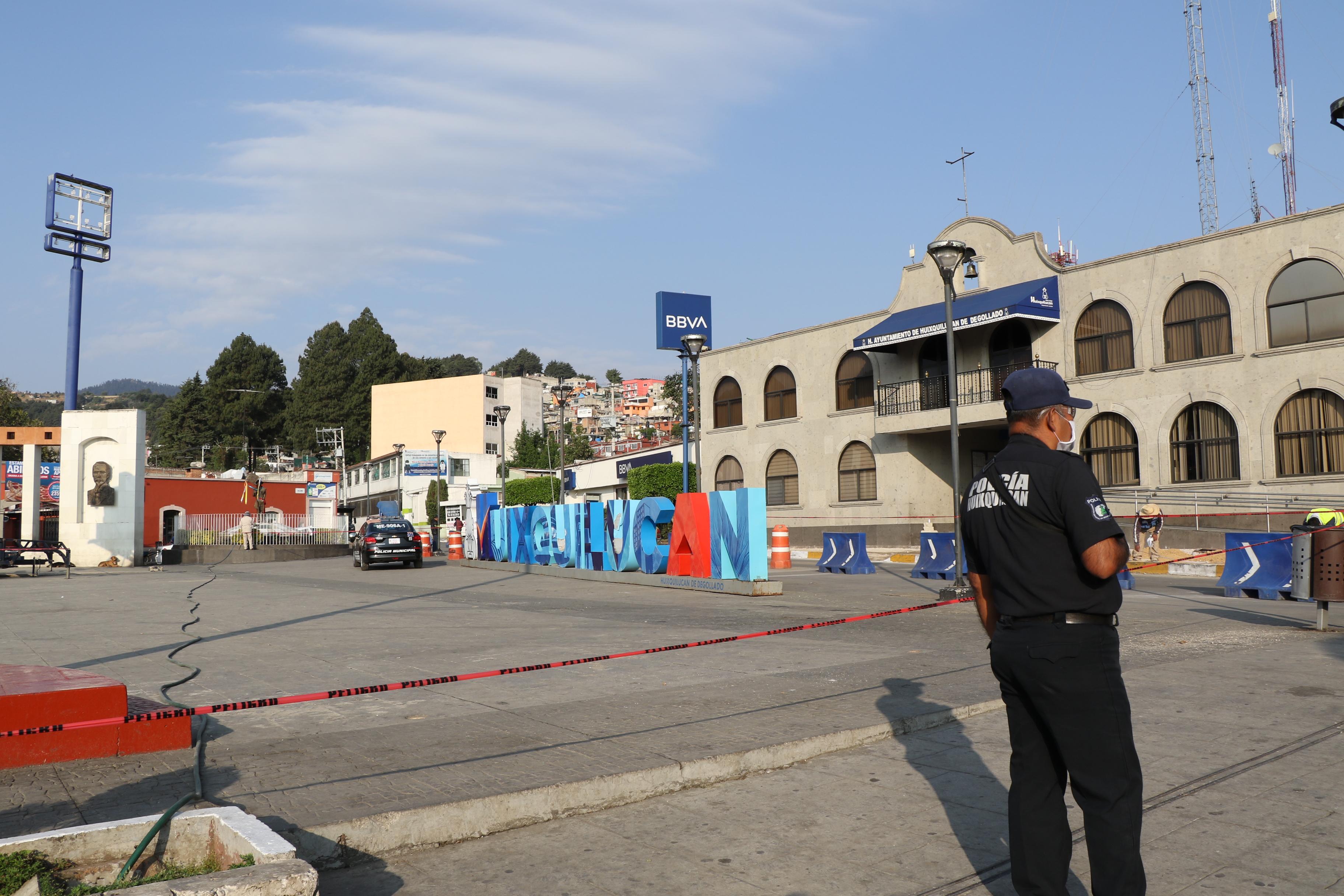 Policías resguardan la explanada municipal para que no haya concentraciones humanas