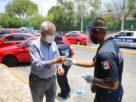 Policías de Naucalpan invitan a protegerse y reparten cubrebocas