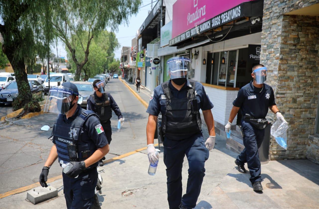 En zonas comerciales elementos de Naucalpan vigilan, exhortan a protegerse ante el COVID-19 y reparte cubrebocas