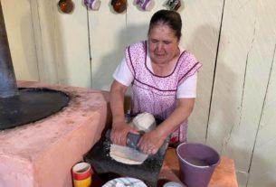 Doña Ángela tortea antes de preparar una de sus joyas gastronómicas