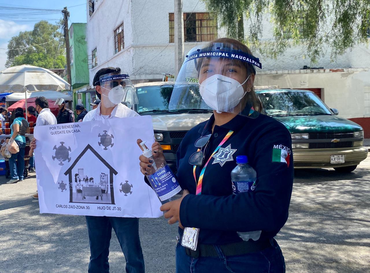Policías de Naucalpan reparten gel y cubrebocas en el Tianguis de la Ahuizotla