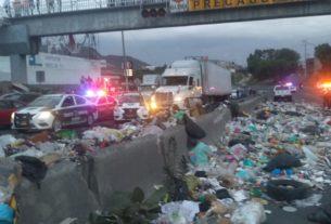 Bloqueada la avenida Jesús Reyes Heroles por basura, en Tlalnepantla
