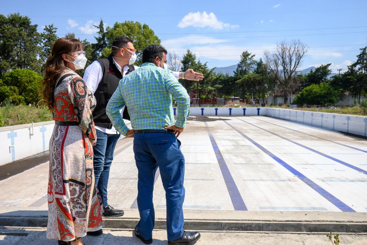 El alcalde de Coacalco, Darwin Eslava, revisa las instalaciones del Deportivo Villa de Las Flores que serán reconstruidas