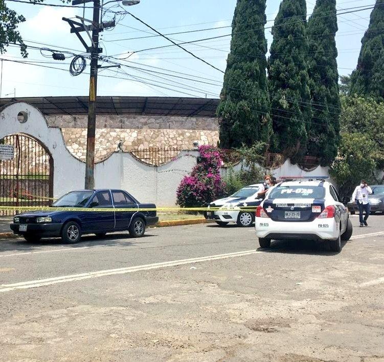 El vehículo en que se encontró un hombre, al parecer muerto a balazos