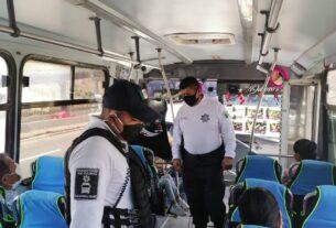 Policías de Tlalnepantla revisan pasajeros
