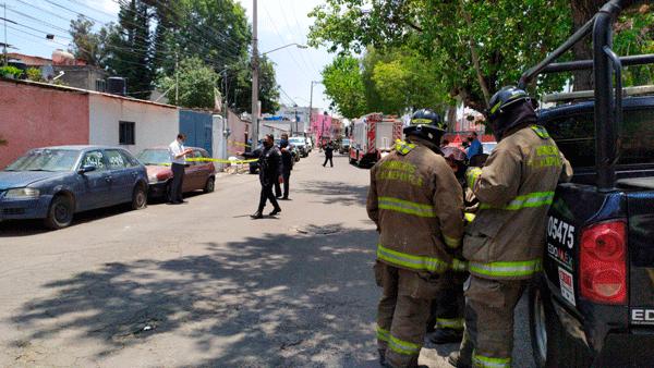 Bomberos, con su equipo, resguardan toma clandestina de combustible en Tlalnepantla