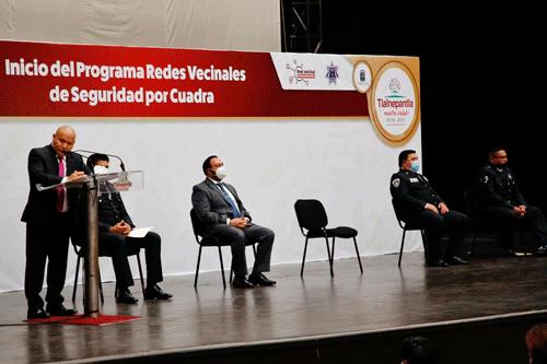 El alcalde de Tlalnepantla, Raciel Pérez Cruz, explica el funcionamiento de la redes sociales