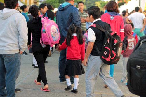 Niños seguirán esperan que abran las escuelas