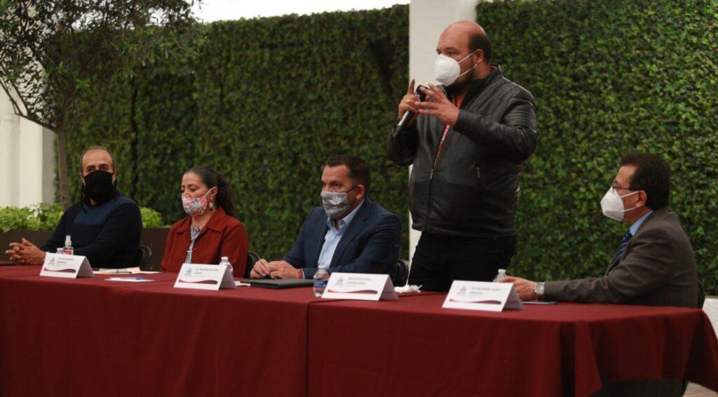 Ricardo Fuertes en reunión con líderes de iglesias