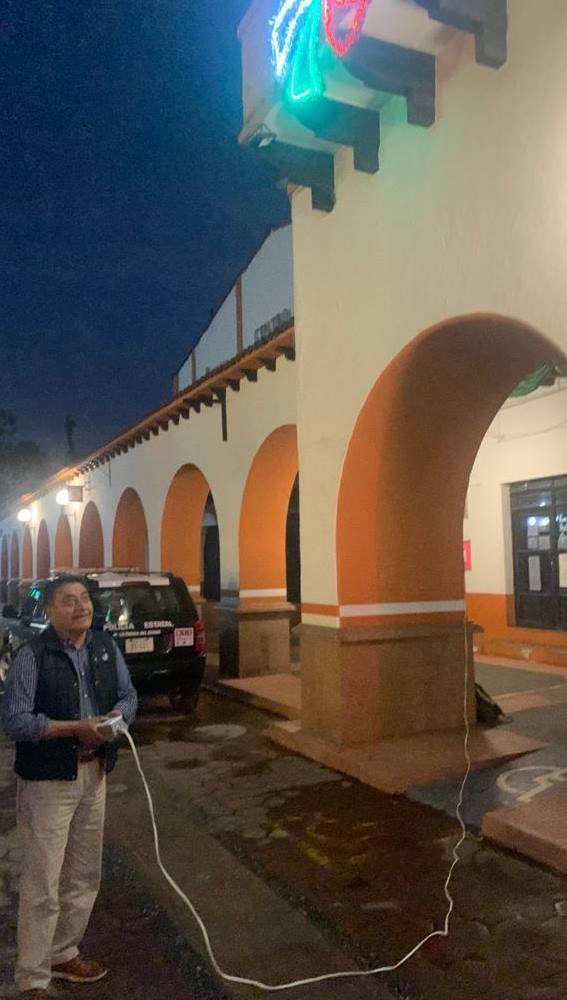 Luis Maya Doro, alcalde de Almoloya de Juárez enciende la iluminación de las Fiestas Patrias