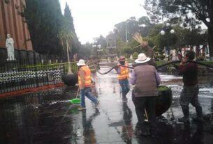 La plaza principal de Almoloya de Juárez es sanitizada