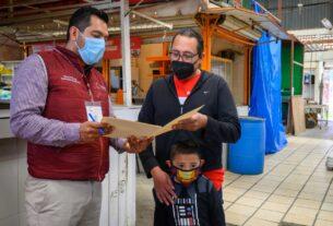 El alcalde Darwin Eslava entrega documentos de posesión de locales de mercados en Coacalco