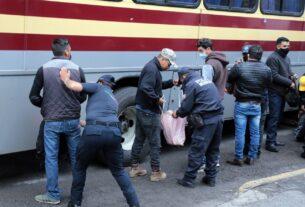 Revisan pasajeros y vehículos en Naucalpan