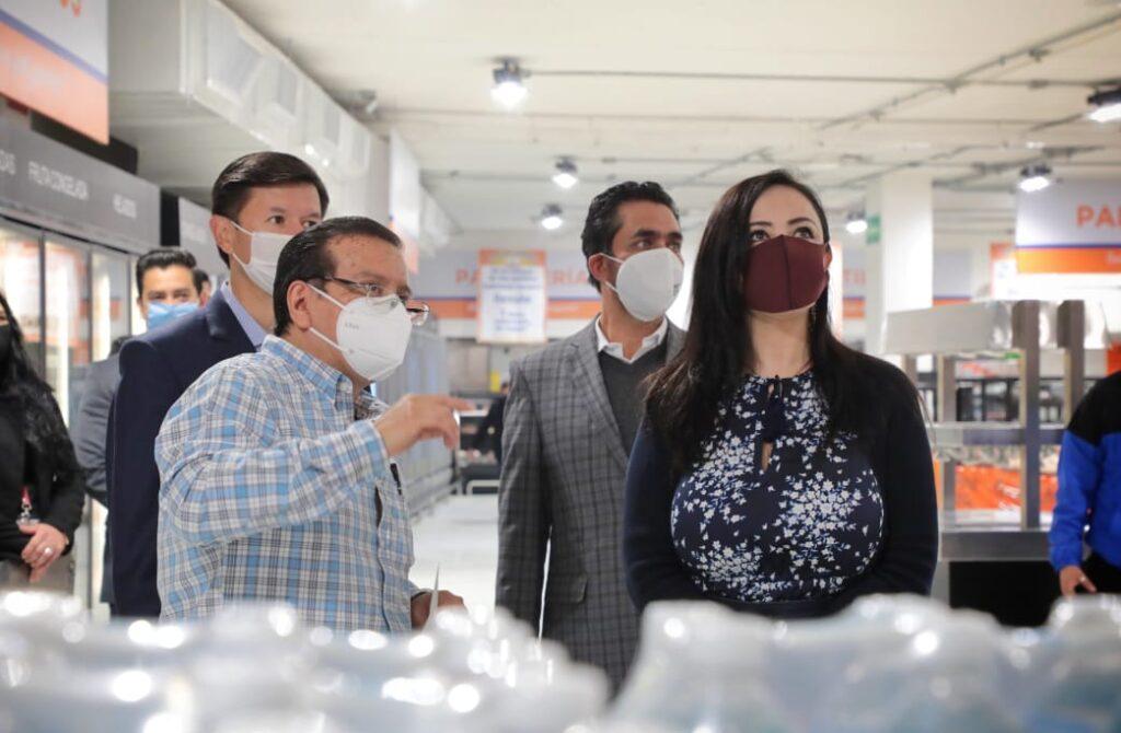 La alcaldesa Patricia Durán recibe explicaciones de la producción en la industria naucalpense