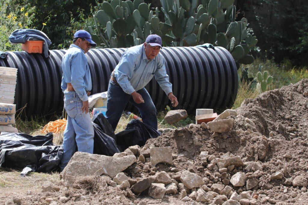 Tubería de gran capacidad se instala en un socavón de Naucalpan para captar más agua