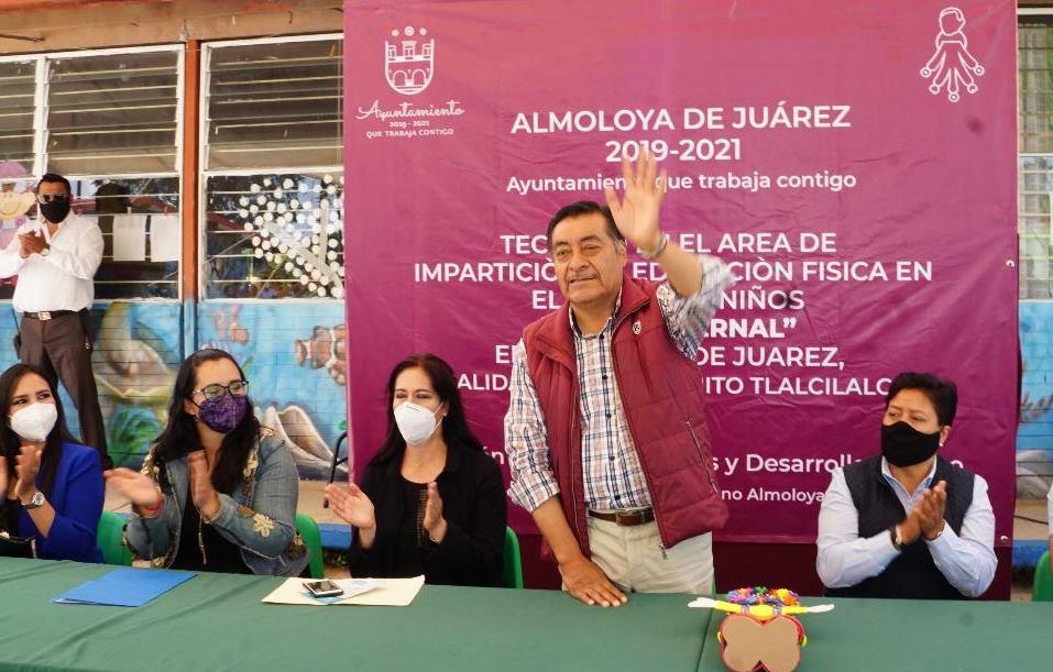 El alcalde de Almoloya de Juárez, Luis Maya Doro, saluda luego del agradecimiento por obras en escuelas