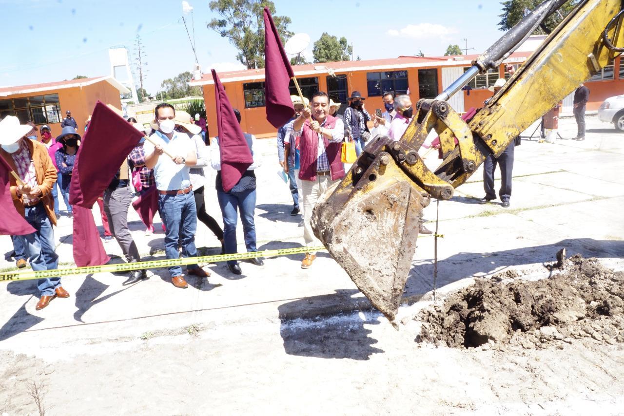 El alcalde Luis Maya Doro, ediles y funcionarios dieron el banderazo a la construcción de arco techos y canchas en dos escuelas