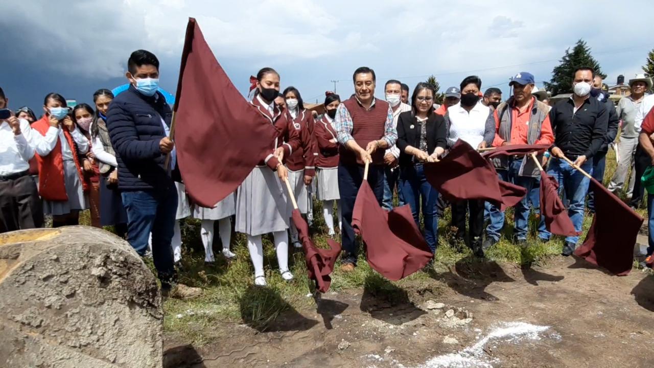 Estudiantes y el alcalde Luis Maya Doro dan el banderazo a las obras de un telebachillerato