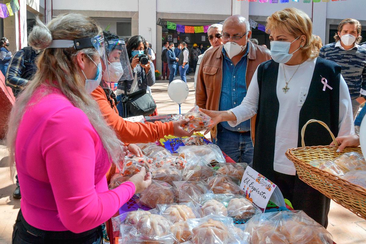 La alcaldesa Ruth Olvera adquiere del mejor pan de Atizapán