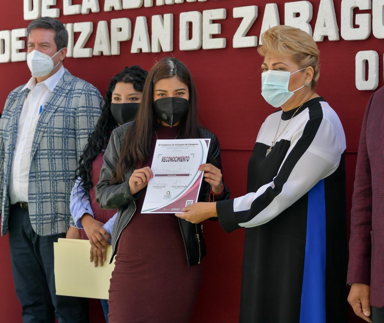 Jóvenes Construyendo el Futuro reciben reconocimientos y trabajo en Atizapán