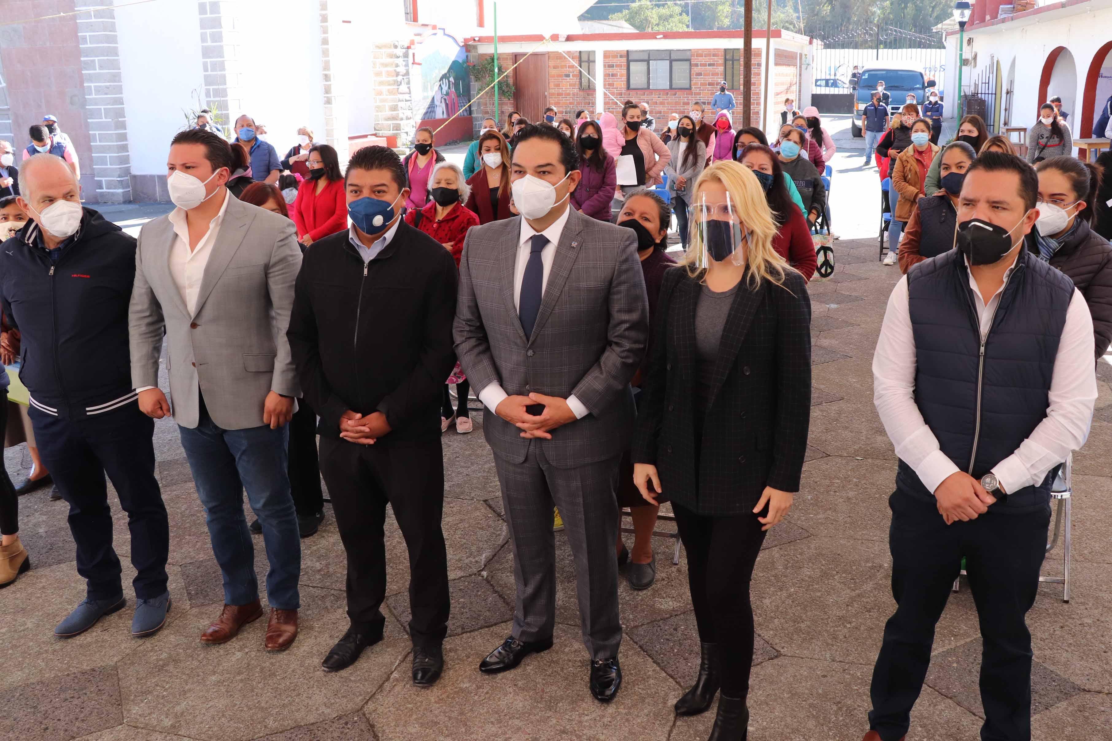 El alcalde de Huixquilucan Enrique Vargas y la presidenta del DIF Romina Contreras en la entrega de ayuda económica