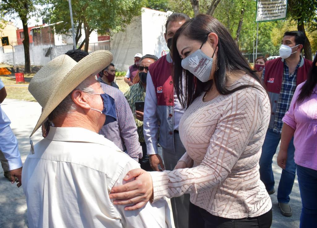La alcaldesa de Naucalpan, Patricia Durán Reveles escucha peticiones de vecinos