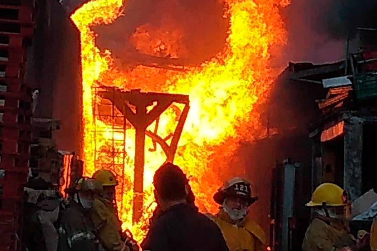 Todo se cubrió de rojo y amarillo por las llamas que salía de la fábrica de velas