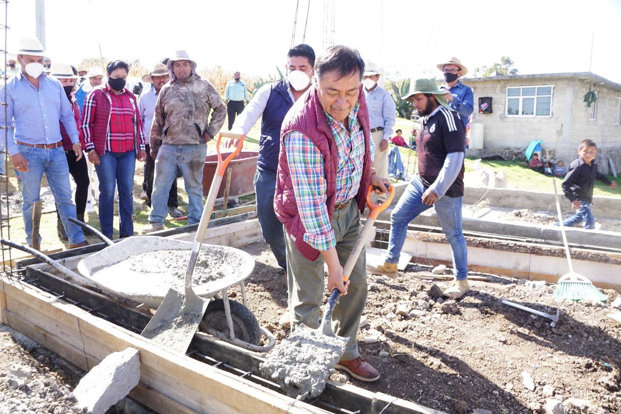 Con la primera mezcla y palada, Luis Maya Doro inicia la construcción de habitaciones en comunidades rurales