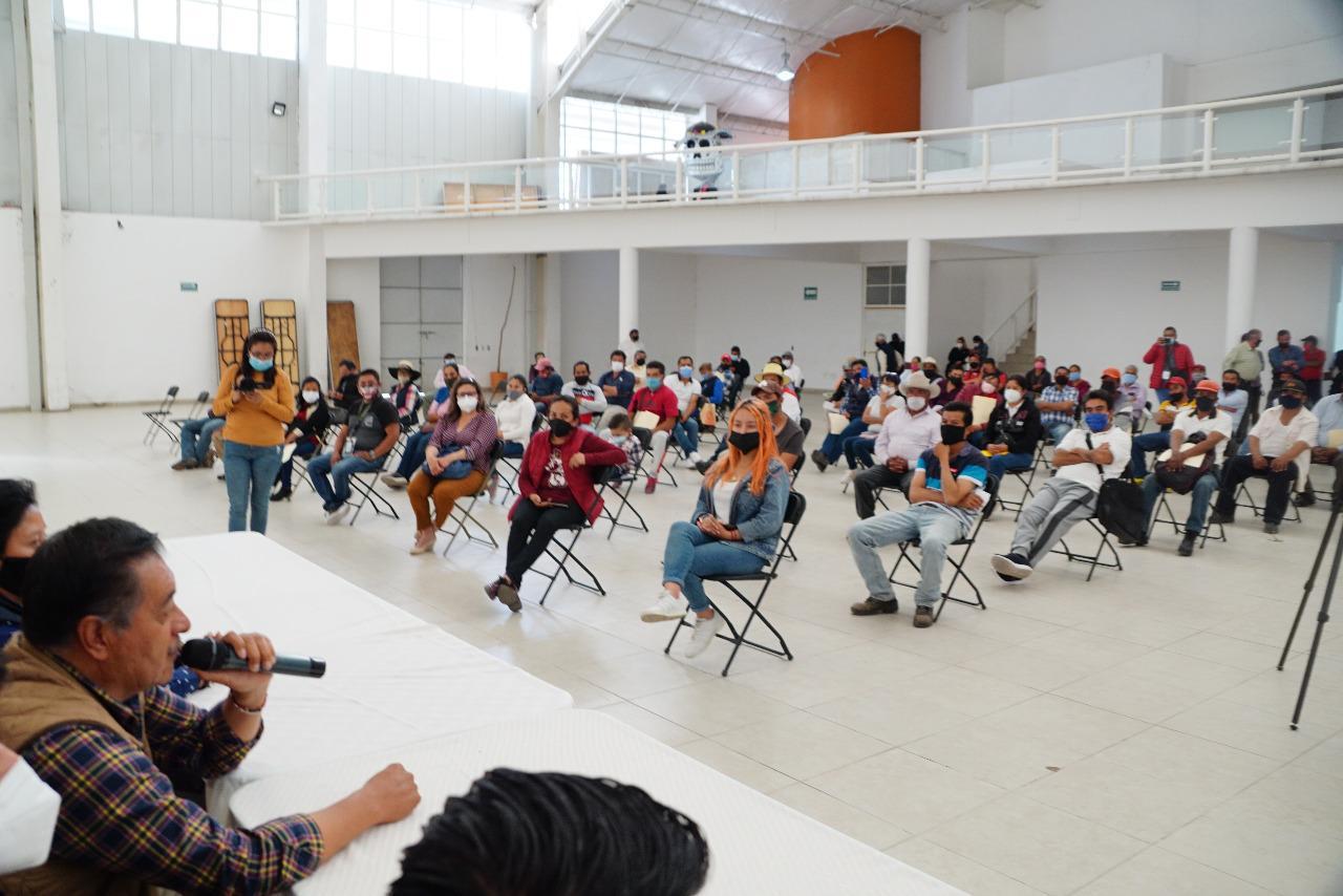 El alcalde de Almoloya de Juárez, Luis Maya Doro, entrega materiales