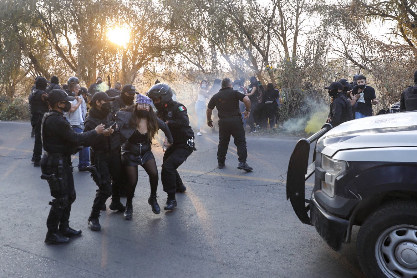 Una mujer vestida de negro es detenida por la policía de Cuautitlán