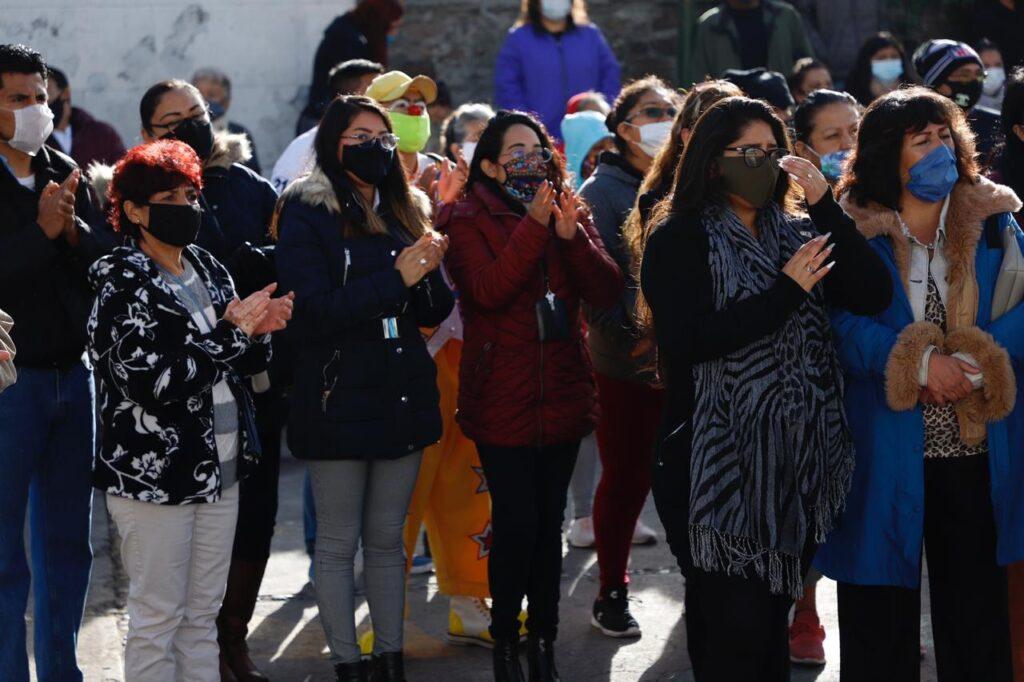 Mujeres en el anuncio de mejores en el pueblo de San Juan Ixhuatepec