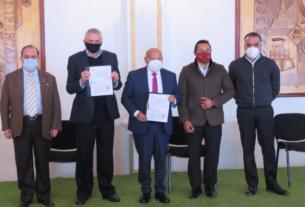 Los representantes de la empresa MG2 reciben los títulos de cambio de uso de suelo para inicien las gestiones ante el gobierno estatal