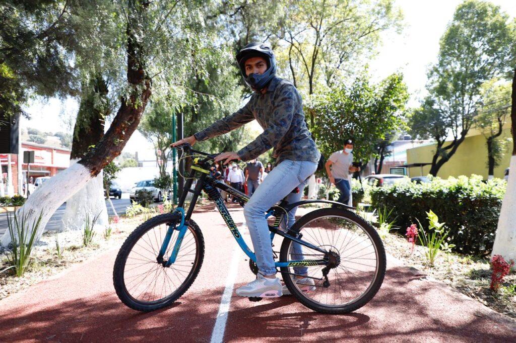 Ciclista recorre la nueva trotapista en Tlalnepantla