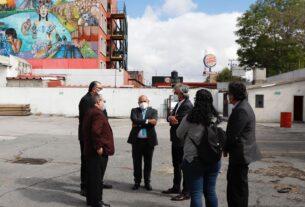 El alcalde Raciel Pérez Cruz y directivos del grupo Carso en el terreno donado