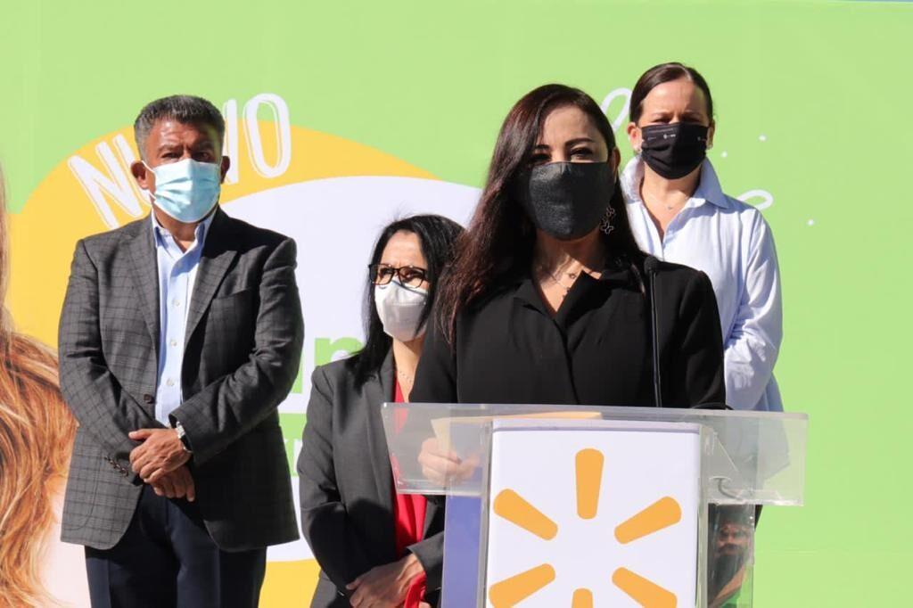 Patricia Durán Reveles en el cambio de Superama a Walmart Express