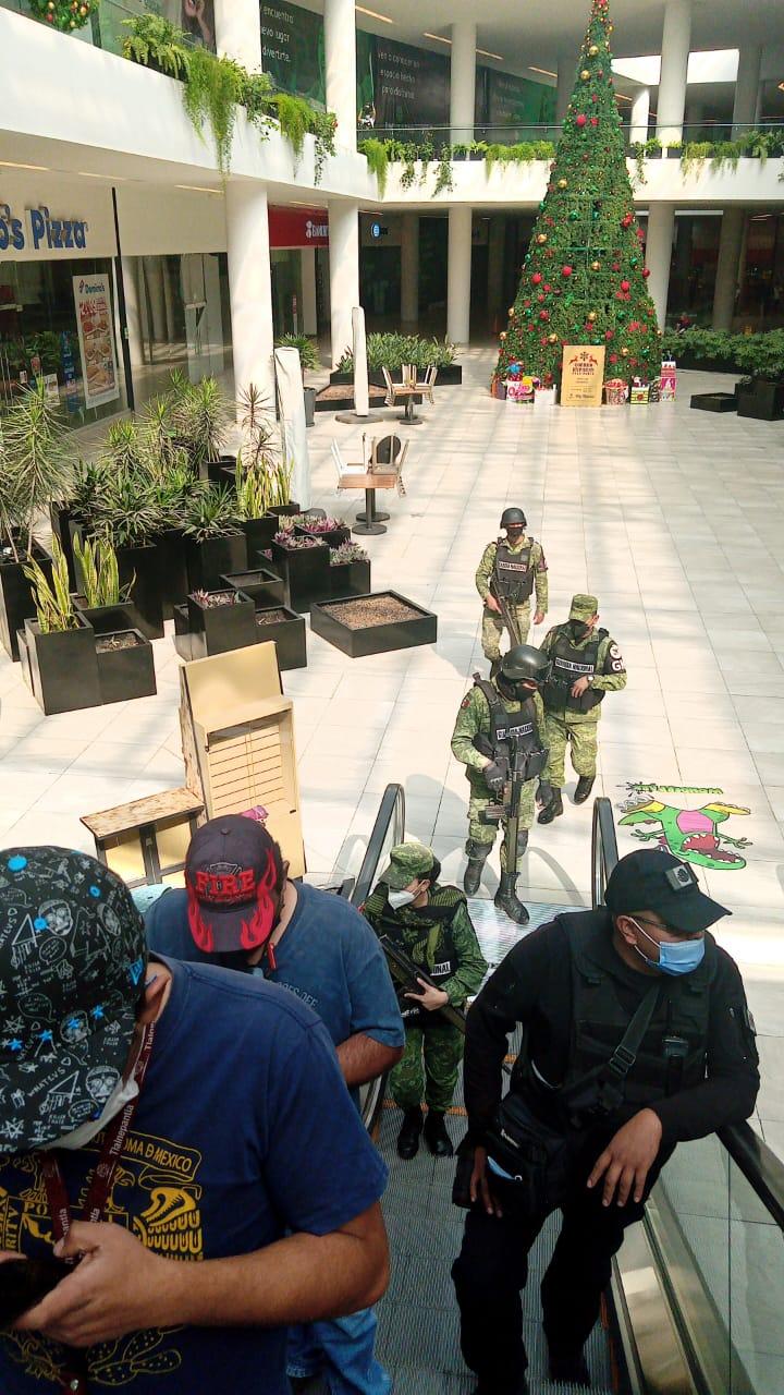 Elementos de la Guardia Nacional, estatales y municipales revisan negocios en plazas comerciales