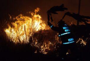 Trabajo de noche contra el fuego