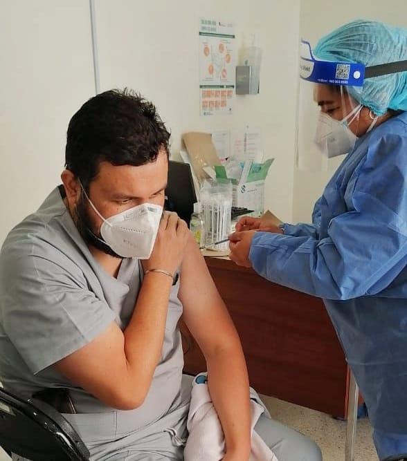Vacunan a personal médico de los dos hospitales de Naucalpan