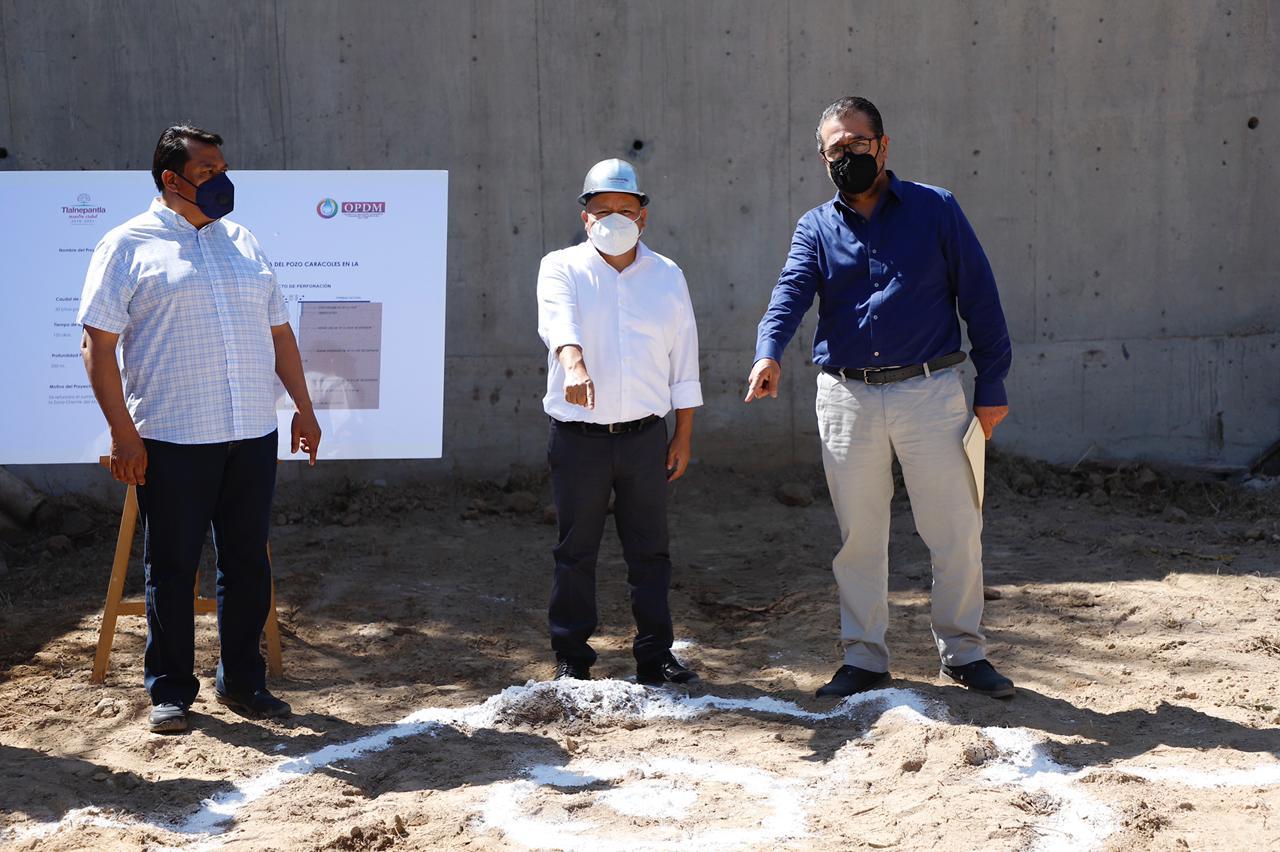 El presidente municipal Raciel Pérez Cruz señala el sitio donde perforarán