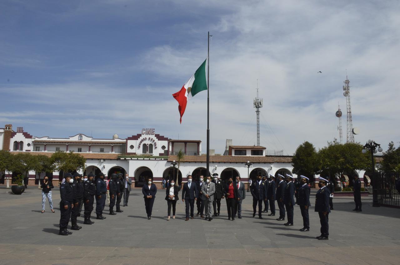 Ondea la Bandera Nacional en la explanada de Almoloya de Juárez donde le efectuaron honores