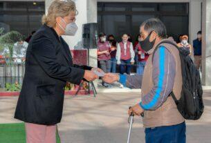 Un adulto mayor recibe la ayuda de la presidenta municipal Ruth Olvera Nieto